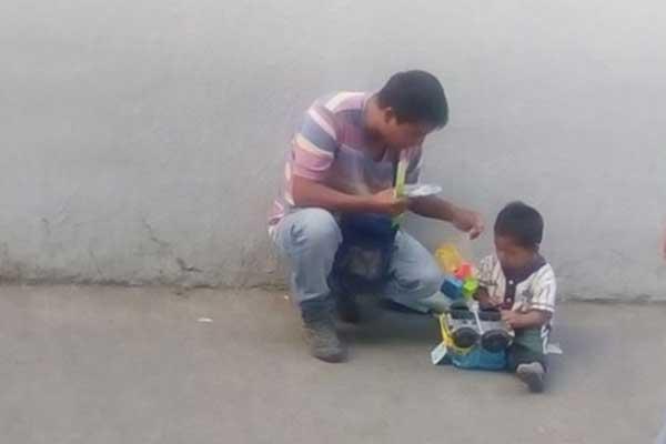 Soldado sorprende a niño mientras su padre vendía chicles