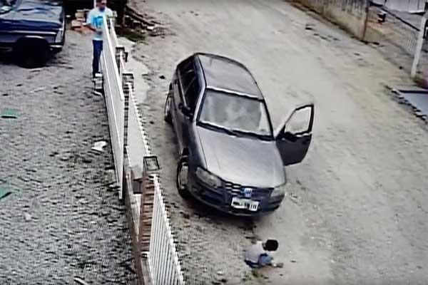 Niño sale completamente ileso tras ser atropellado por un auto