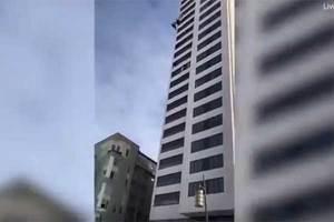 Sujeto salta de un edificio de 24 pisos y le falla el paraca...