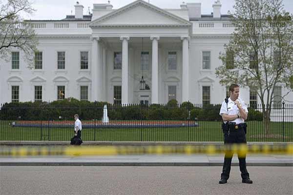 Mantienen cerrada la Casa Blanca por choque de vehículo