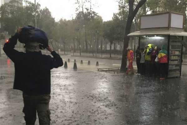 Lluvia y granizo anegan calles en 9 delegaciones