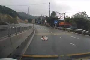 Frena al ver un bebé gateando en medio de la carretera (Vide...