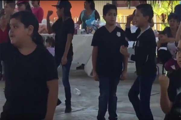 Niño se niega a bailar Scooby Doo Papa en la escuela