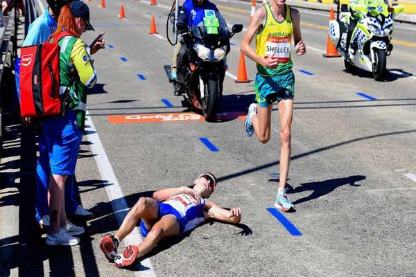 Un maratonista se desvaneció en plena competencia y ningún espectador lo auxilió