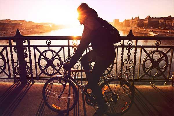 Campaña en redes sociales busca a ciclista de cayó al río Mapocho