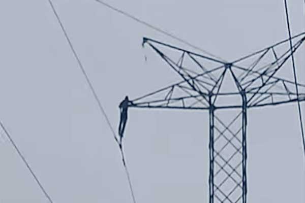Sordomudo murió electrocutado al intentar bajar de una torre de alta tensión