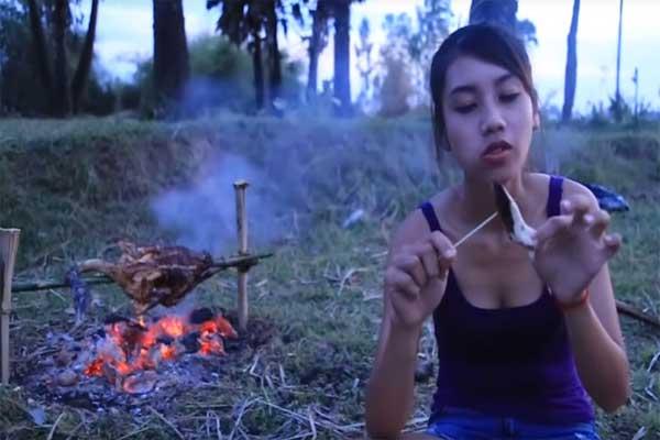 Mujer come animales en peligro de extinción para volverse popular en YouTube
