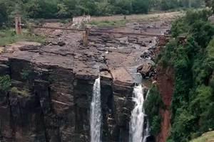Hombre cae desde lo alto de cataratas en la India por intent...