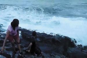 Una enorme ola arrastra a un turista, que muere succionado p...