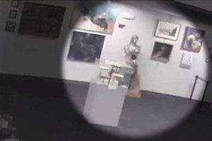 Niño tira escultura valuada en $132,000 y madre se niega a p...