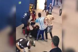 Hinchas argentinos pegan a dos aficionados croatas de manera...