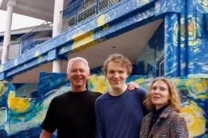 Pintan 'La Noche Estrellada' en fachada para guiar a su hijo...