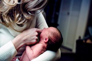 Una policía argentina amamanta a un bebé ajeno internado en ...