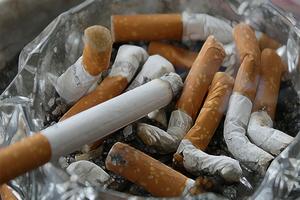 """Niño de 2 años fuma dos paquetes al día y """"se vuelve loco"""" s..."""