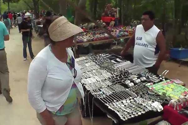 Aunque corra sangre no dejaremos Chichén Itzá: Artesanos