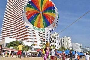 Reyes Magos llegan a playas de Acapulco para sorprender a ni...