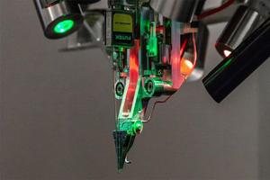 Elon Musk presenta un robot capaz de insertar chips en el ce...
