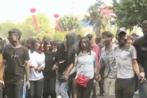 Miles de pares de gemelos se reúnen en un festival en China