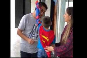 Niño recibe prótesis de Superman y lo primero que hace es ac...