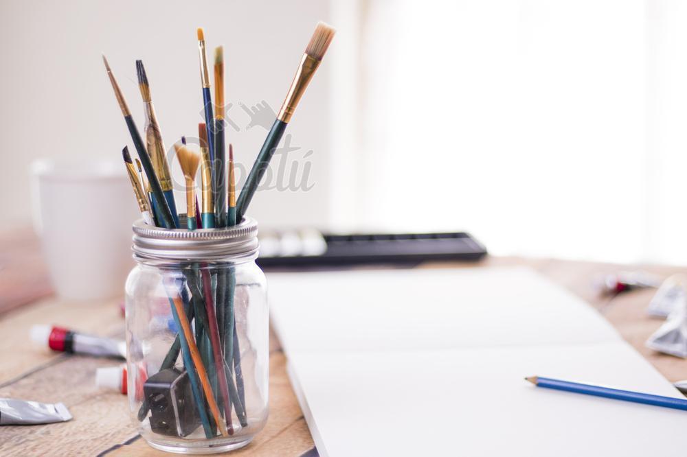 Pinceles con fondo desenfocado y elementos de arte