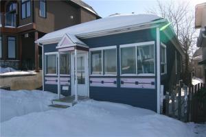 2213 8 AV SE, Calgary