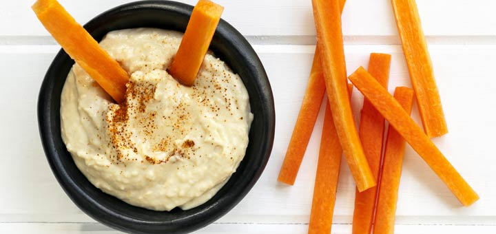 hummus-with-carrot-sticks