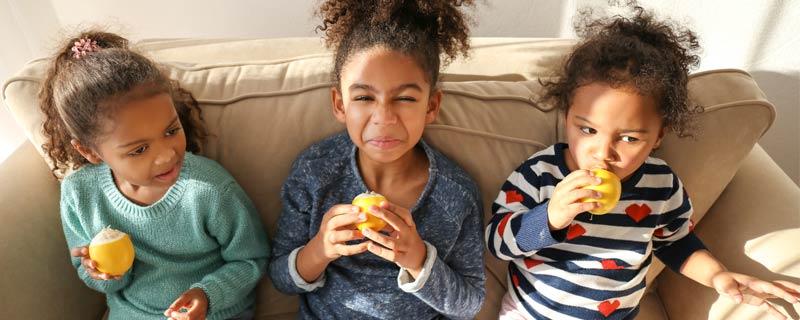 girls-with-lemons