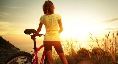 0-121980431-bikingwoman