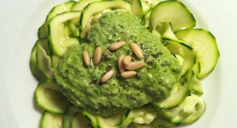0-434219232-zucchini-pasta-with-pesto-sauce-vegan