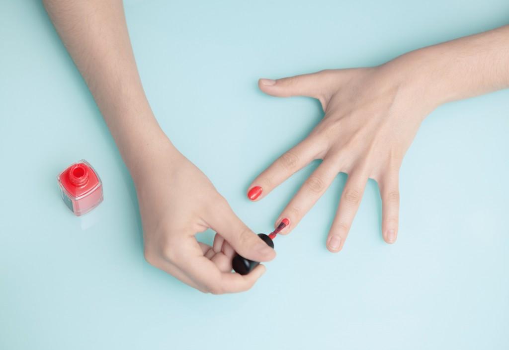 Mani donna con smalto rosso