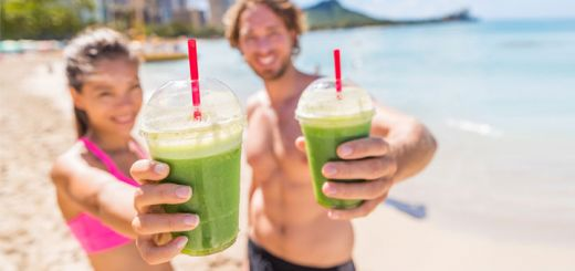 couple-green-juice-on-beach