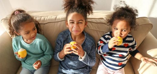 little-kids-eating-lemons