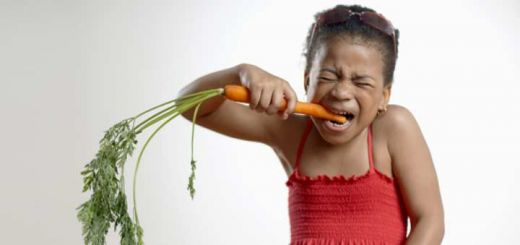 girl-eating-carrot
