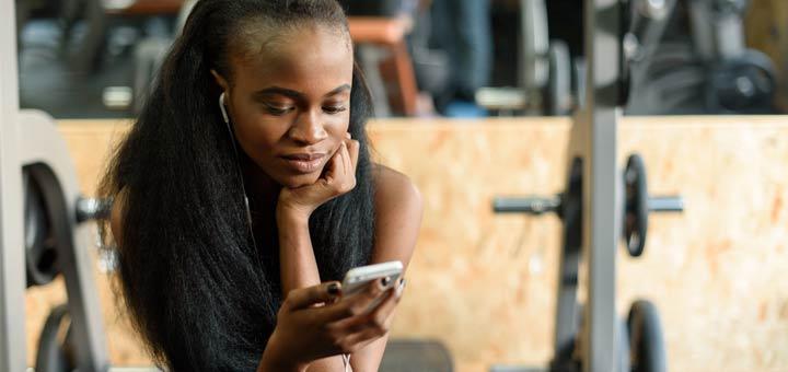 black-woman-cellphone-gym