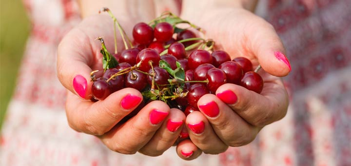 hands-holding-grapes