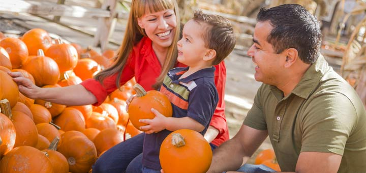 happy-family-pumpkin-patch