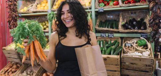 hispanic-woman-grocery-store