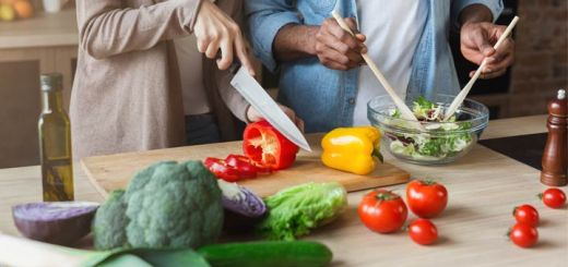 couple-prepping-salad