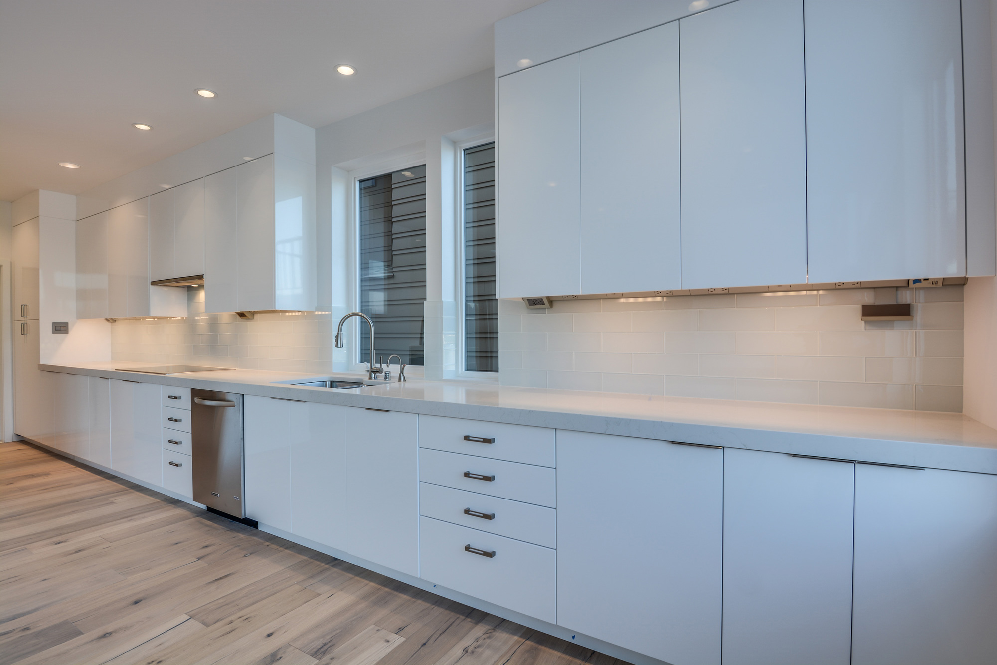 spacious room with kitchen sink and beige wooden tiles
