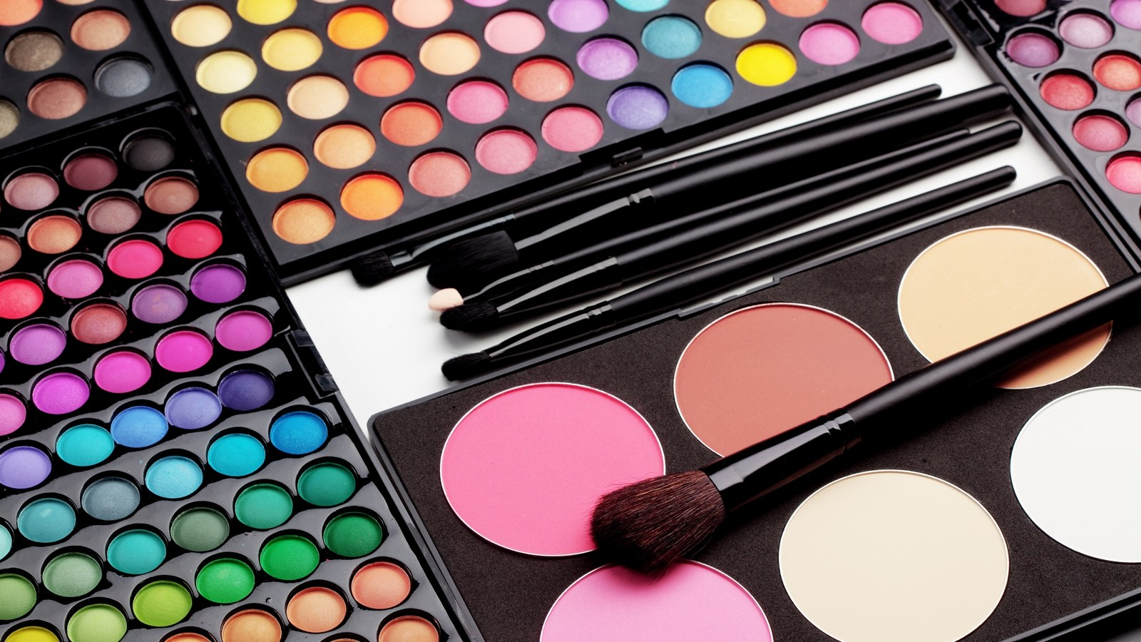 Background image for MAC Lover, the loyalty program of MAC Cosmetics.