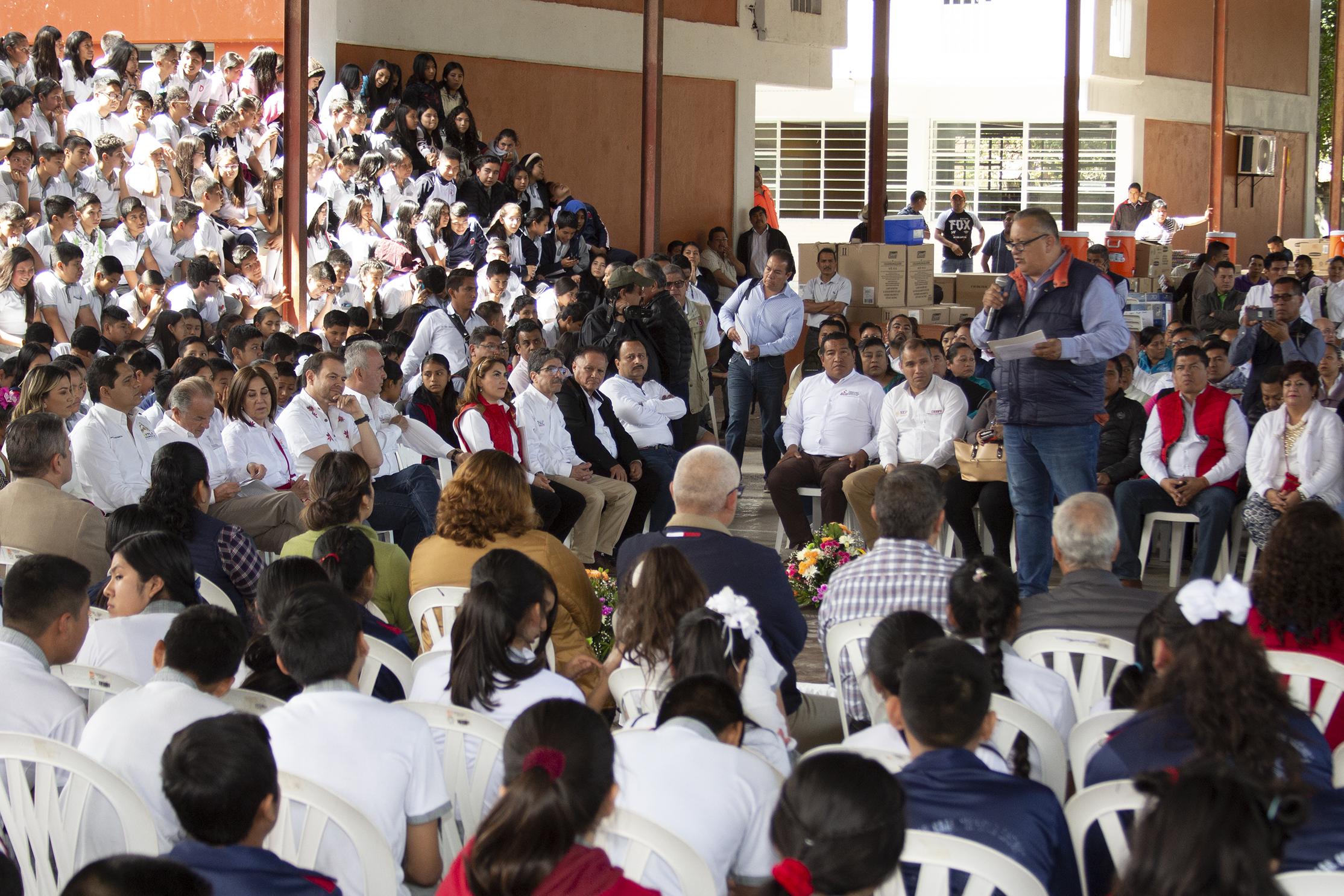 Entrega materiales a docentes de Educación Indígena, Axtla de Terrazas