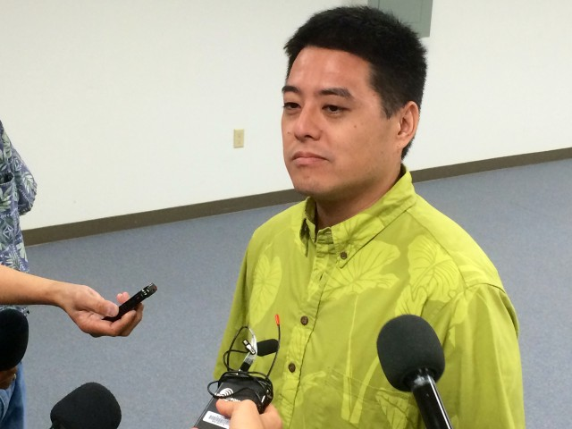 Hawaii Election Chief Scott Nago talks to reporters, Aug. 22, 2014.