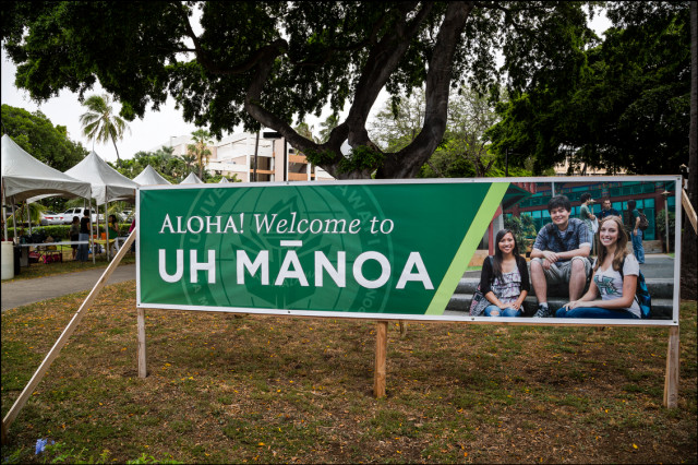 Sign at UH Manoa at the Ka Leo vendor fair for new student orientation. August 21, 2014