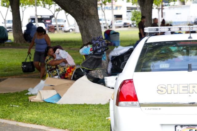 Kakaako homeless raid, family and cop car