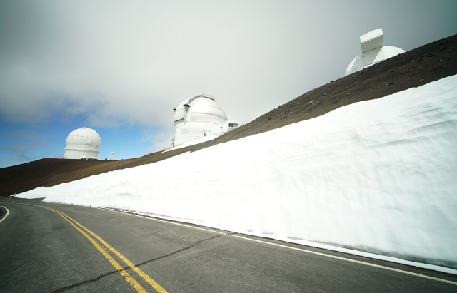 Snow along road on the summit of Mauna Kea. 9 april 2015. photograph Cory Lum/CiviL Beat