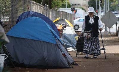 Caldwell Wants A Sidewalk Sit-Lie Ban Everywhere On Oahu
