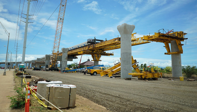 Rail supports located along Kualakai Parkway. Kapolei. HART. 17 june 2015. photograph Cory Lum/Civil Beat