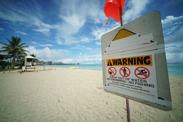 Ala Moana Beach closed due to over 500,000 untreated sewage spilling from city manhole. 25 aug 2015. photograph Cory Lum/Civil Beat