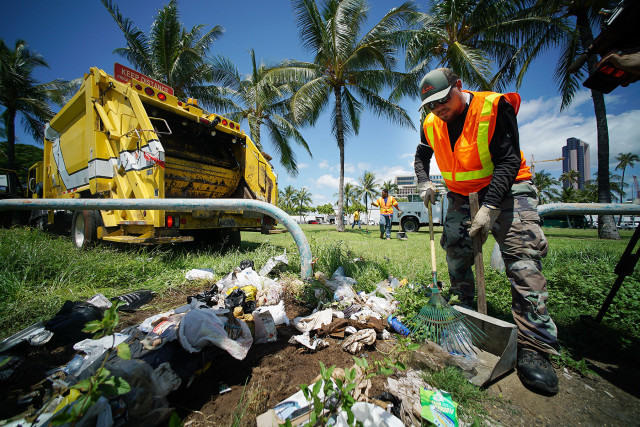City and County workers pick up trash along Ohe Street as part of the city's homeless cleanup in Kakaako. 8 sept 2015. photograph Cory Lum/Civil Beat