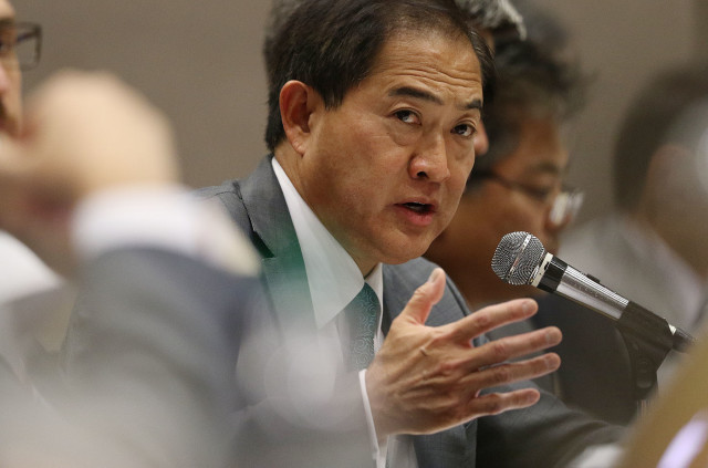 Consumer Advocate Jeff Ono questions Nextera CEO Gleason during Public Utility Commission evidentiary hearing held at Neal Blaisdell exhibition hall. 2 dec 2015. photograph by Cory Lum/Civil Beat